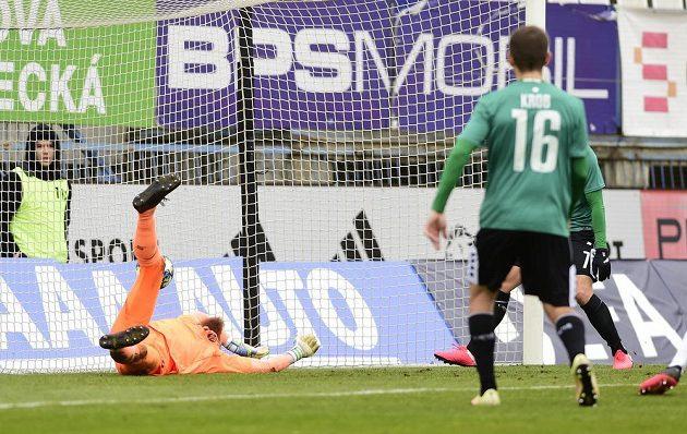 Brankář Jablonce Vlastimil Hrubý dostává gól.