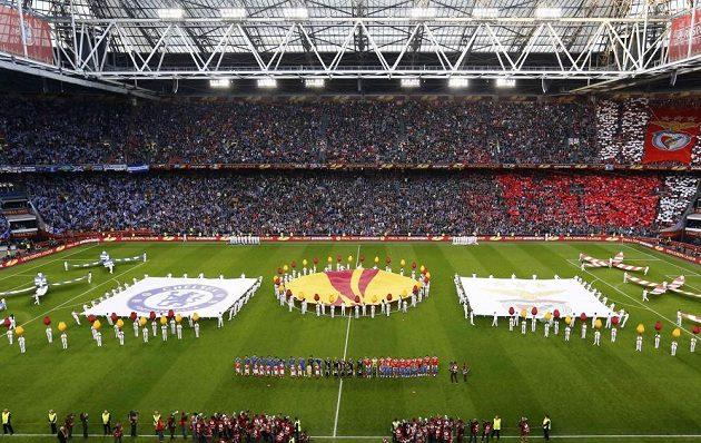 Slavnostní nástup fotbalistů Benfiky a Chelsea před finále Evropské ligy v Amsterdamu.