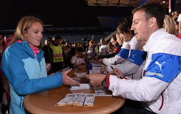 Beachvolejbalistka Kristýna Kolocová a Vladimír Darida během autogramiády české fotbalové reprezentace.