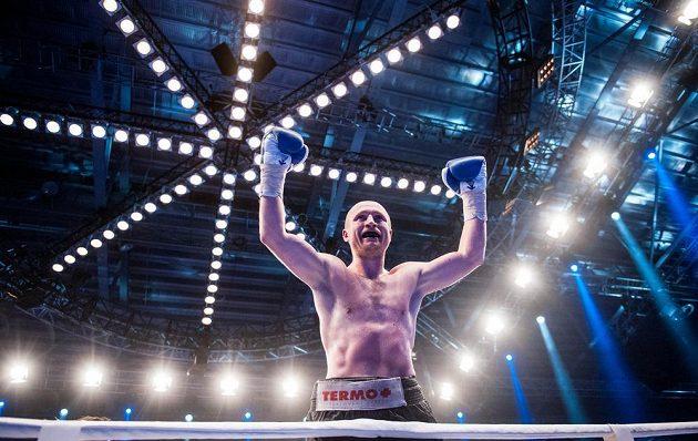 Český boxer Lukáš Konečný slaví v Drážďanech vítězství nad Francouzem Moezem Fhimou.