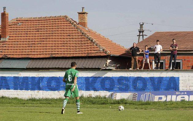 Fotbalista kosovského týmu KF Ferronikeli jde pro balón.