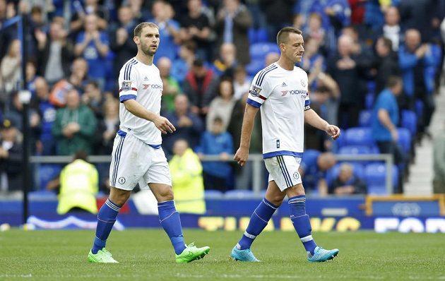 Zklamaní hráči Chelsea zleva Branislav Ivanovič a John Terry opouštění trávník v Goodison Parku.