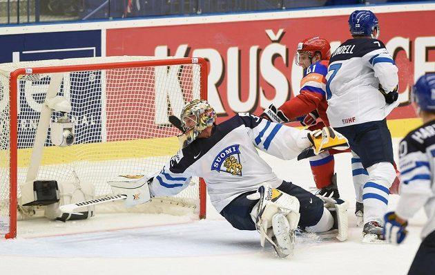 Brankář Finska Pekka Rinne inkasuje první gól, uprostřed Rus Nikolaj Kuljomin, vpravo Fin Esa Lindell.