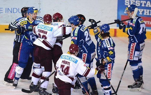Potyčka mezi hokejisty Brna a Sparty během druhého semifinále.