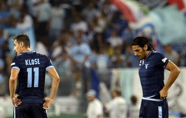 Zklamaní fotbalisté Lazia Řím Miroslav Klose (vlevo) a Sergio Floccari po trefě útočníka Juventusu Carlose Téveze.