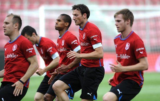 Útočník české fotbalové reprezentace Libor Kozák (druhý zprava) během tréninku.