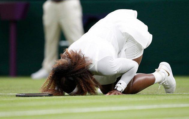 Američanka Serena Williamsová se v slzách loučila s Wimbledonem.