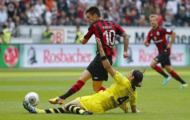 Útočník Frankfurtu Václav Kadlec v souboji se stoperem Borussie Dortmund Nevenem Subotičem.