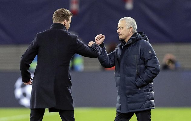Kouč Tottenhamu Jose Mourinho (vpravo) a trenér Lipska Julian Nagelsmann po utkání Ligy mistrů.