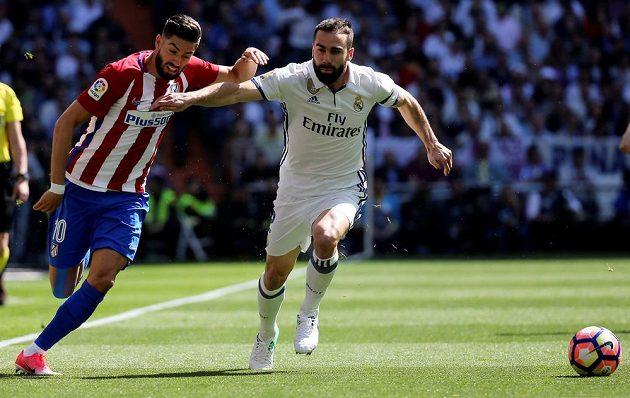 Bitva o Španělsko, zápas Real Madrid - Atletico Madrid. Hráč Bílého baletu Dani Carvajal v souboji Yannickem Ferreirou-Carrascem (vlevo).
