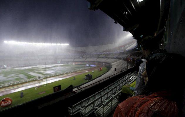 Déšť na stadiónu Monumental.