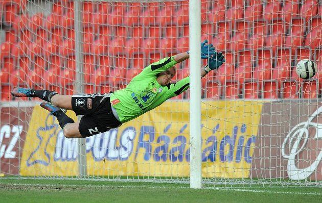 Brankář Sigmy Olomouc Zdeněk Zlámal (na snímku) inkasuje gól z kopačky slávistického záložníka Karola Kisela.