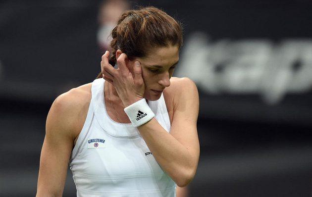 Němka Andrea Petkovičová během utkání s Petrou Kvitovou ve finále Fed Cupu dne 8. listopadu 2014 v O2 Areně v Praze.