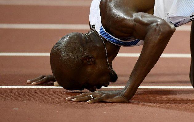 Mohamed Farah líbá dráhu, na níž triumfoval v běhu na 10 000 metrů.