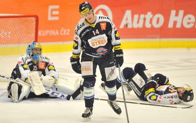 Vítkovičtí hokejisté krátce po obdržené třetí brance s Litvínovem. Zleva gólman Filip Šindelář, Peter Čerešňák a útočník Ondřej Roman.