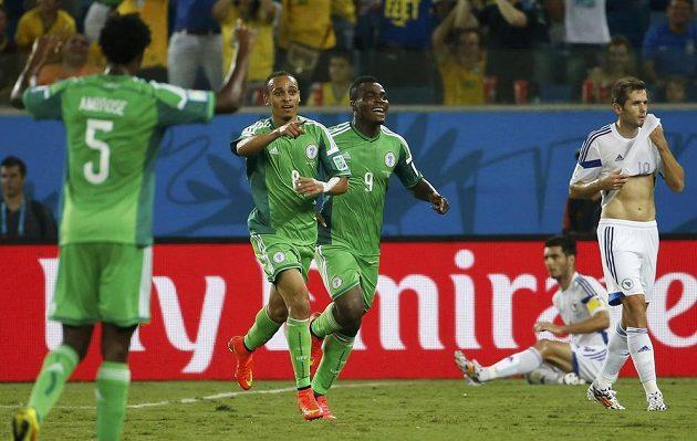 Nigérijský střelec Peter Odemwingie (číslo 8) slaví gól do sítě Bosny a Hercegoviny.