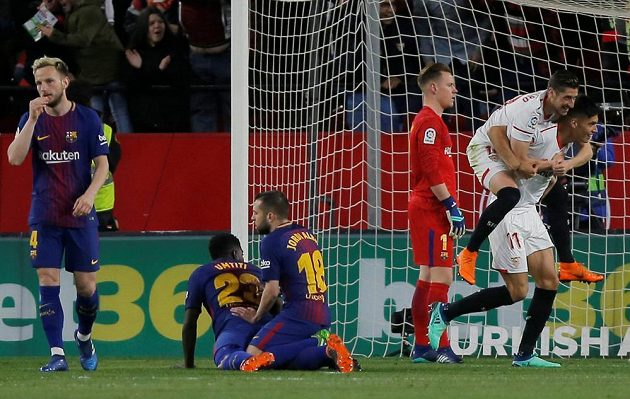 Sevillští Joaquin Correa a Sergio Escudero se radují z gólu v síti Barcelony.