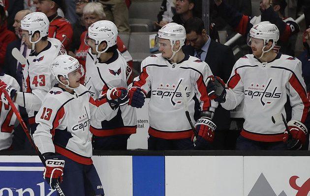 Oslava hokejistů Washingtonu Capitals po gólu Jakuba Vrány (13) v utkání NHL.