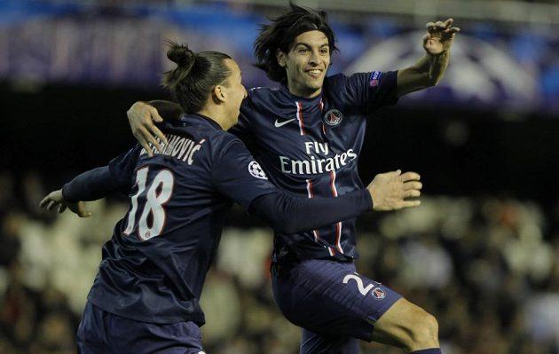 Javier Pastore (vpravo) se raduje se svým spoluhráčem z Paris Saint-Germain z druhého gólu do sítě Valencie.