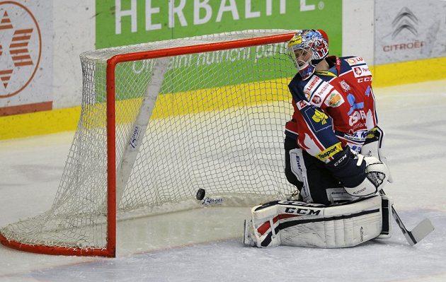 Pardubický brankář Július Hudáček inkasuje gól v Plzni.