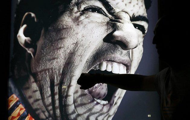 Suárezovo kousnutí se stalo hitem. Jeden z fanoušků se fotí před reklamním plakátem na plaži Copacabana v Riu.