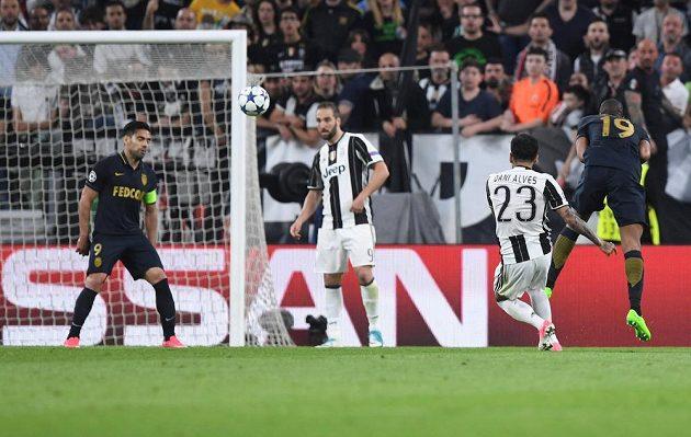 Dani Alves z Juventusu parádním volejem vsítil druhý gól.