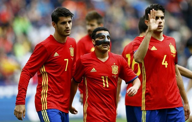 Álvaro Morata, Pedro Rodríguez (v masce) a Marc Bartra ze Španělska slaví gól v přípravě s Koreou, kterou favorit vyhrál 6:1.