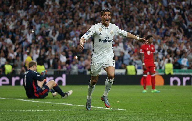 Střelec Realu Cristiano Ronaldo se raduje poté, co zkompletoval v odvetě proti Bayernu hattrick.