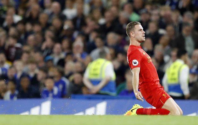 Liverpoolský Jordan Henderson se raduje z gólu proti Chelsea
