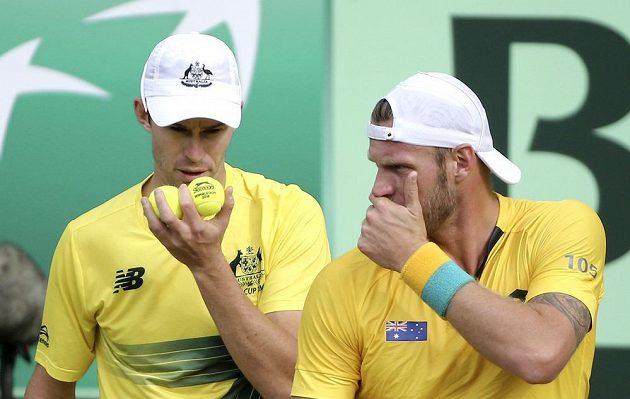 Australané John Peers (vlevo) a Sam Groth si povídají o taktice v zápasu proti Slovensku.
