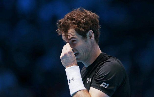 Andy Murraymu padaly do očí vlasy. Tak si je během zápasu s Nadalem ostříhal.