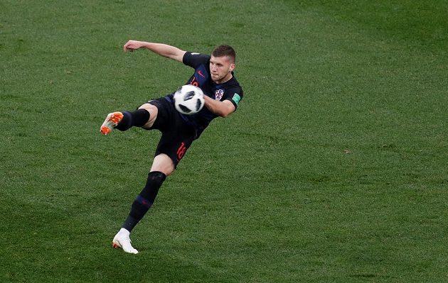 Chorvat Ante Rebič dává gól proti Argentině.