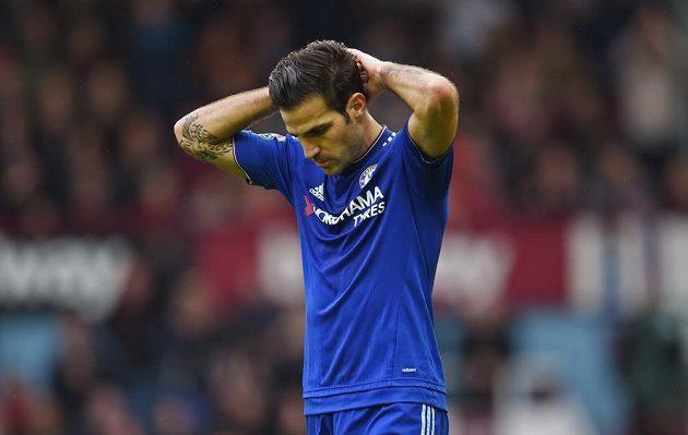 Zklamaný záložník Chelsea Cesc Fábregas.