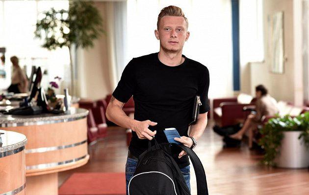 Ladislav Krejčí příchází na sraz české fotbalové reprezentace před utkáním kvalifikace ME 2016 s Islandem.
