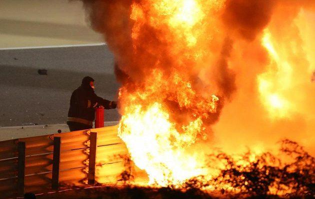 Vůz Romaina Grosjeana skončil v plamenech