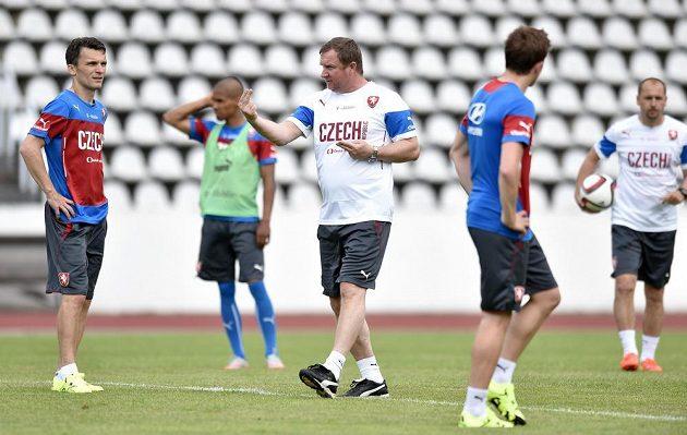 Trenér Pavel Vrba (uprostřed) a David Lafata (vlevo) během tréninku české fotbalové reprezentace před utkáním na Islandu.