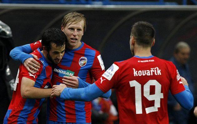 Fotbalisté Plzně se radují ze vstřelení branky. Zleva David Štípek, František Rajtoral a Jan Kovařík.