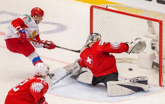 Alexandr Chovanov z Ruska překonává švýcarského brankáře Luku Hollensteina.