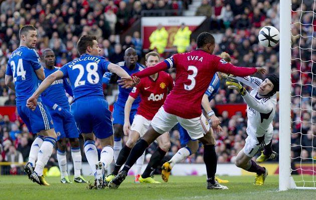 Ani na přímý kop Wayna Rooneyho Petr Čech nedosáhl - 2:0 pro Manchester United.