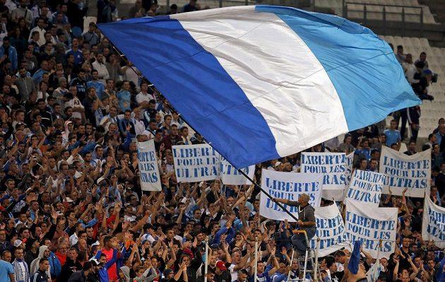 Fanoušci Olympique Marseille povzbuzují svůj tým při utkání Evropské ligy proti Liberci.