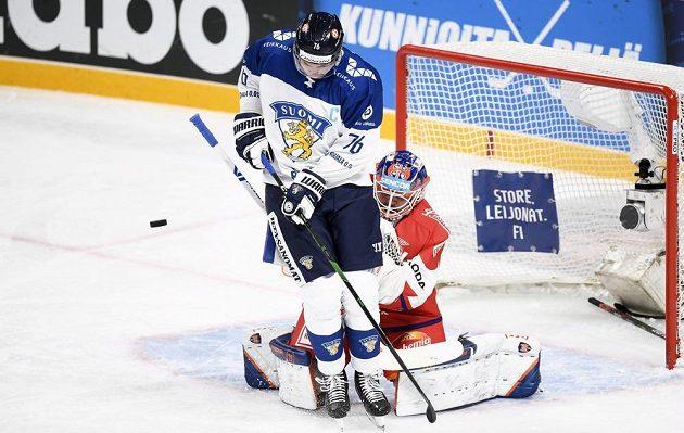Finský hokejista Jere Sallinen stíní českému brankáři Dominiku Hrachovinovi v utkání na turnaji Karjala.