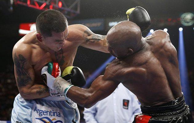 Momentka z boxerského duelu Marcos Maidana - Floyd Mayweather mladší.