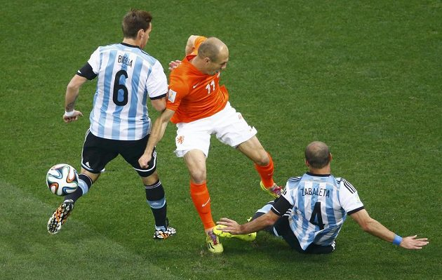 Nizozemec Arjen Robben (11) proti argentinské přesile: vlevo Lucas Biglia, na zemi Pablo Zabaleta.