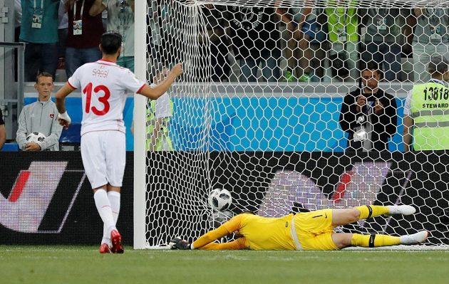 Tunisan Fardžaní Sasí z penalty vyrovnává na 1:1, brankář Jordan Pickford míč mimo tři tyče nevytěsnil.
