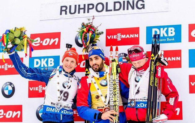 Stupně vítězů po závodě s hromadným startem v německém Ruhpoldingu, kde český biatlonista Ondřej Moravec (vlevo) vybojoval druhé místo.