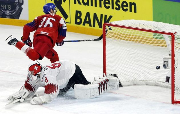 Michal Řepík proměňuje samostatný nájezd a rozhoduje o české výhře nad Švýcarskem.