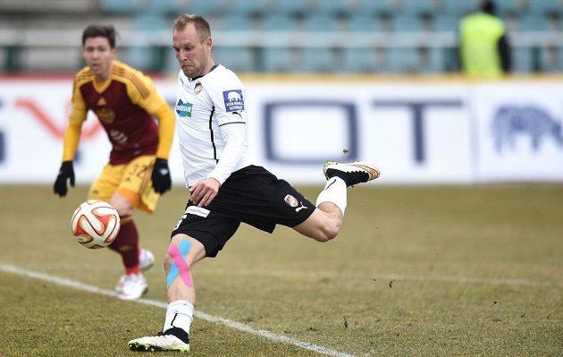 Plzeňský záložník Daniel Kolář střílí v zápase proti Dukle.