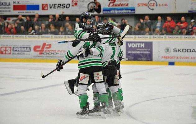 Radost mladoboleslavských hokejistů z pátého gólu proti Kladnu.