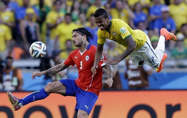 Chilský útočník Mauricio Pinilla (vlevo) a Brazilec Luiz Gustavo bojují o míč.