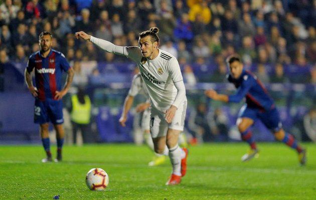 Gareth Bale střílí z penalty vítězný gól Realu Madrid.